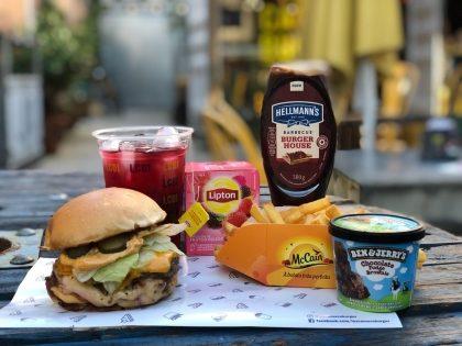 (03/6) CASAMENTO: Compre 1 Hambúrguer e ganhe Fritas, Chá Gelado, Sorvete e Molho*!