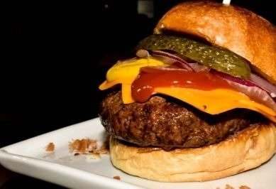 COMBO: Classic Burger Americano + Batata + Chá Refil + Sobremesa por R$ 29,90