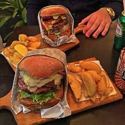 PARA DOIS: 2 Burgers + 2 Batatas + 2 Bebidas + 2 Sobremesas por R$ 82,00