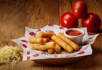 GANHE 1 Appetizer Mozzarella Sticks half na compra de 1 Prato Principal
