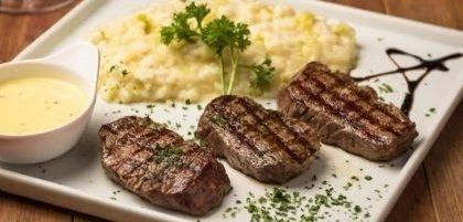 Salada + Escalope de Filet Mignon com Risoto de Alho Poró + Petit Gâteau por R$ 79,90