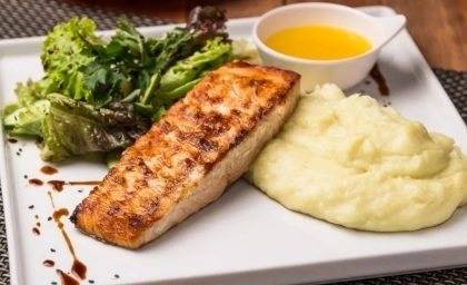 Salada + Salmão com Purê de Wasabi + Petit Gâteau por R$ 69,90