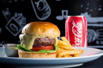 Q-Burger Classic 160g + 1/2 Porção de Batata Frita Ondulada + 1 Refrigerante OU Água