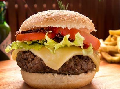 Hambúrguer Josef com Batata Frita ou Mini Salada Verde por apenas R$ 22,00