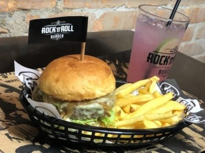 Opções de Burgers (compre 1 e ganhe outro) + 2 Rock Lemonade Refill + 2 Fritas individual por R$ 59,80
