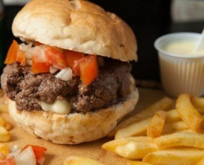 Combo: Burger Raul Seixas + Batata + Fanta Guaraná por R$ 39,90!
