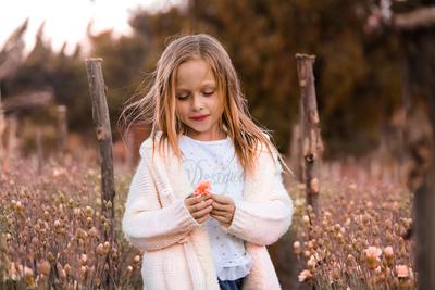La niña y la flor