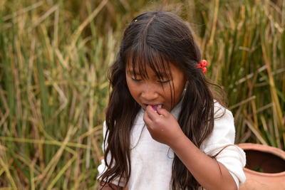 La niña y el caramelo