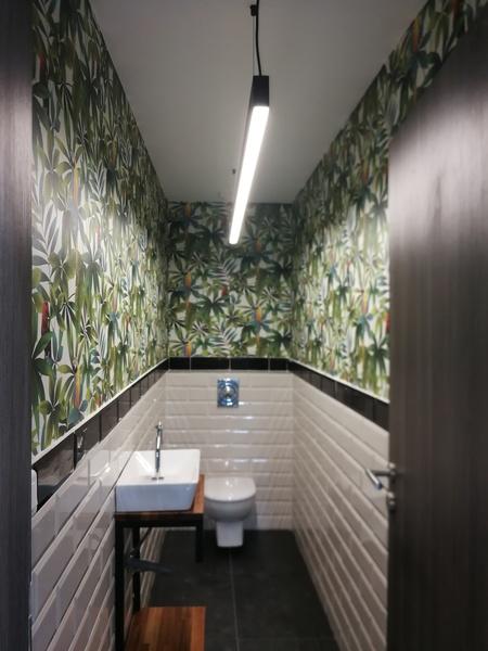 Décoration des WC d'une entreprise.