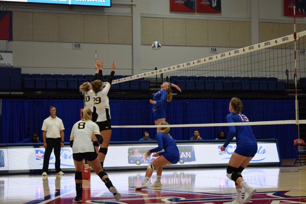 Women's volleyball breeze past Bucknell to end regular season with 16 straight wins