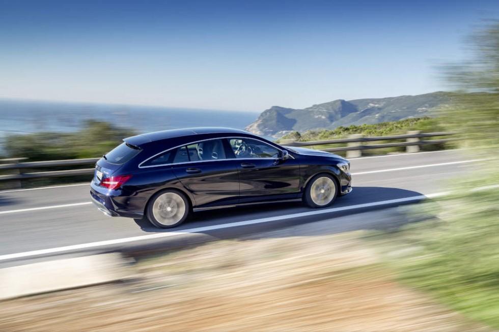 Mercedes-Benz CLA 250 4MATIC Shooting Brake (X117) 2016. Canvasitblau, Interieur schwarz-beige. Kraftstoffverbrauch (l/100 km) innerorts/außerorts/kombiniert: 8,7/5,5/6,7;  CO2-Emissionen kombiniert: 154 g/km