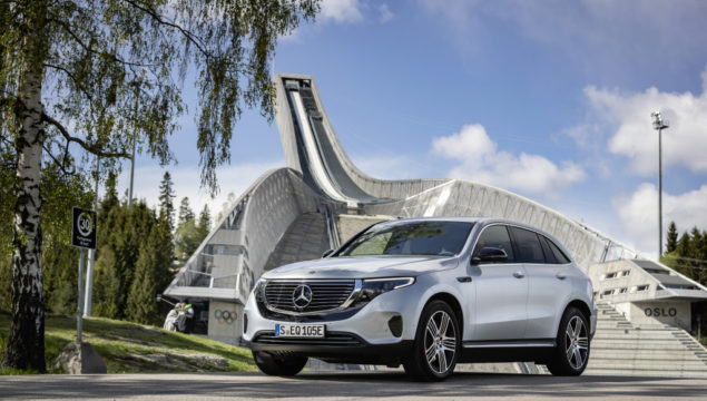 EQC 400 4MATIC; high tech silver metallic; Two-tone ARTICO man-made leather / Sunnyvale fabric indigo blue / black;Combined electric energy consumption: 20.8 - 19.7 kWh/100 km; combined CO2 emissions: 0 g/km* ; *Electric energy consumption and range have been determined on the basis of Regulation (EC) No. 692/2008. Electric energy consumption and range depend on the vehicle configuration