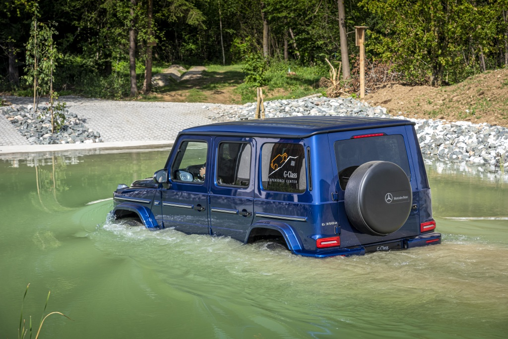 Mercedes-Benz G 350 d; brilliant blue;Fuel consumption combined: 9,8-9,6 l/100 km; CO2-Emissionen kombiniert: 259–252 g/km*