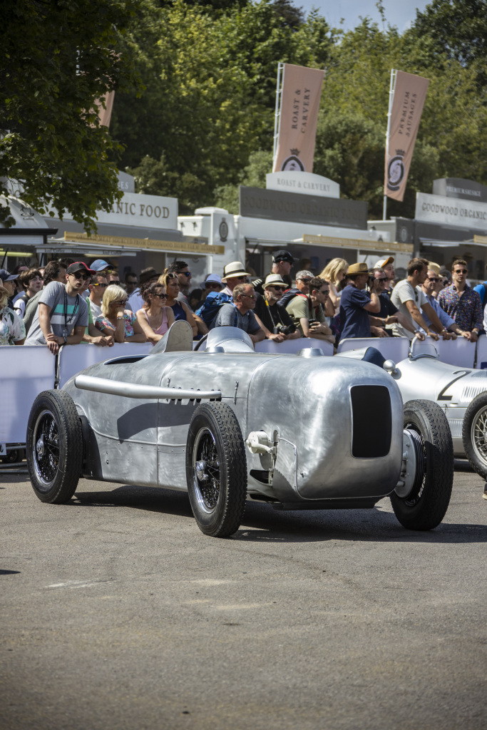 On 22 May 1932, Manfred von Brauchitsch won the Avus race in Berlin in a Mercedes-Benz SSKL with streamlined body and thereby set a class world record with an average speed of 194.4 km/h over a distance of 200 kilometres. In 2019, Mercedes-Benz Classic reconstructed the vehicle with a high level of historical authenticity. Photo from Goodwood Festival of Speed 2019.