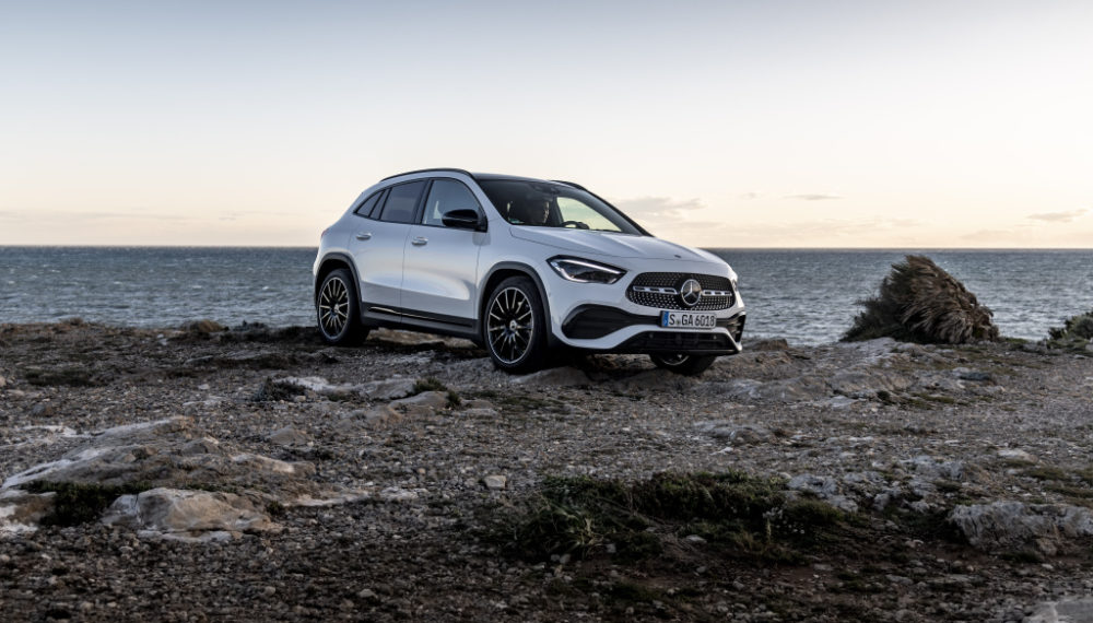 Mercedes-Benz GLA 250 digitalweiß; Leder zweifarbig - classicrot/schwarz;Kraftstoffverbrauch kombiniert: 6,7-6,5 l/100 km; CO2-Emissionen kombiniert: 153-148 g/km Mercedes-Benz GLA 250 digital white; Leather, two-tone - classic red/black;Fuel consumption combined: 6.7-6.5 l/100 km; combined CO2 emissions: 153-148 g/km
