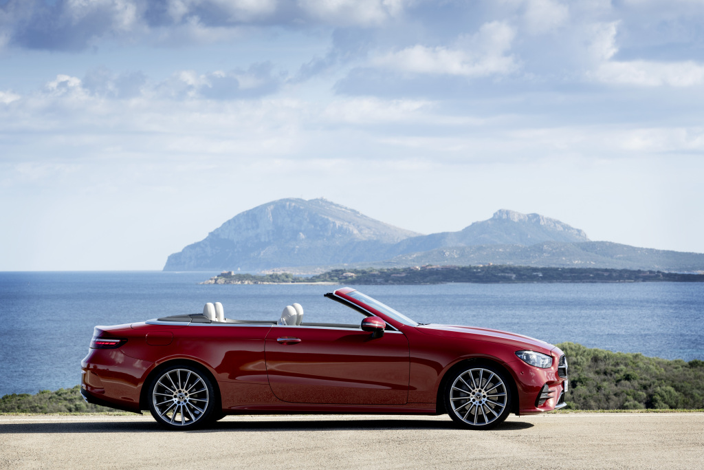 Mercedes-Benz E-Class Cabriolet, 2020, Outdoor, exterior: designo hyacinth red metallic, AMG line; interior: nappa leather macchiato beige/magma grey, AMG line, grey open-pore ash wood trim parts