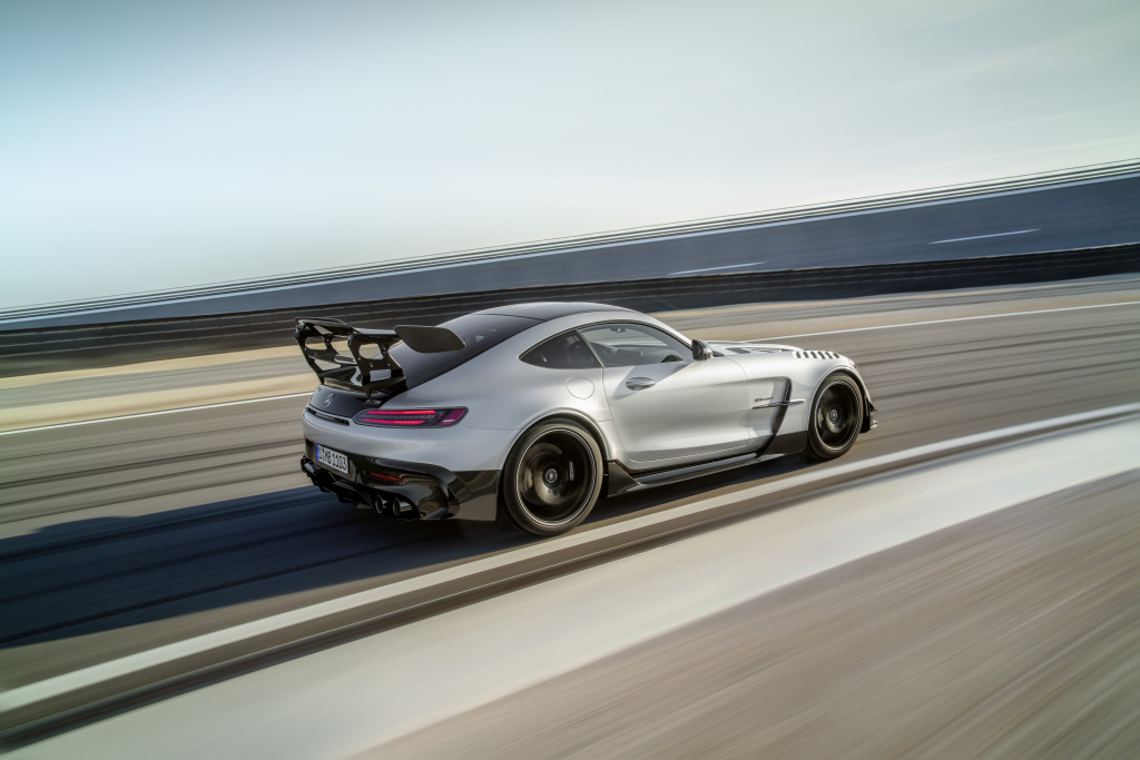 Mercedes-AMG GT Black Series (combined fuel consumption: 12,8 l/100 km, combined CO2 emissions: 292 g/km), 2020, exterieur, race track, dynamic, side, double rear wing, hightechsilver