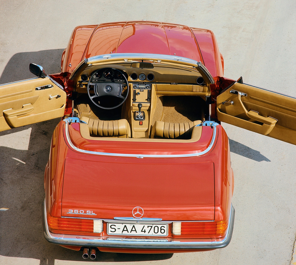 Mercedes-Benz 350 SL (R 107, production period 1971 to 1989). Exterior photo from an elevated position with the doors open. (Photo signature in the Mercedes-Benz Classic archive: 1998DIG135)