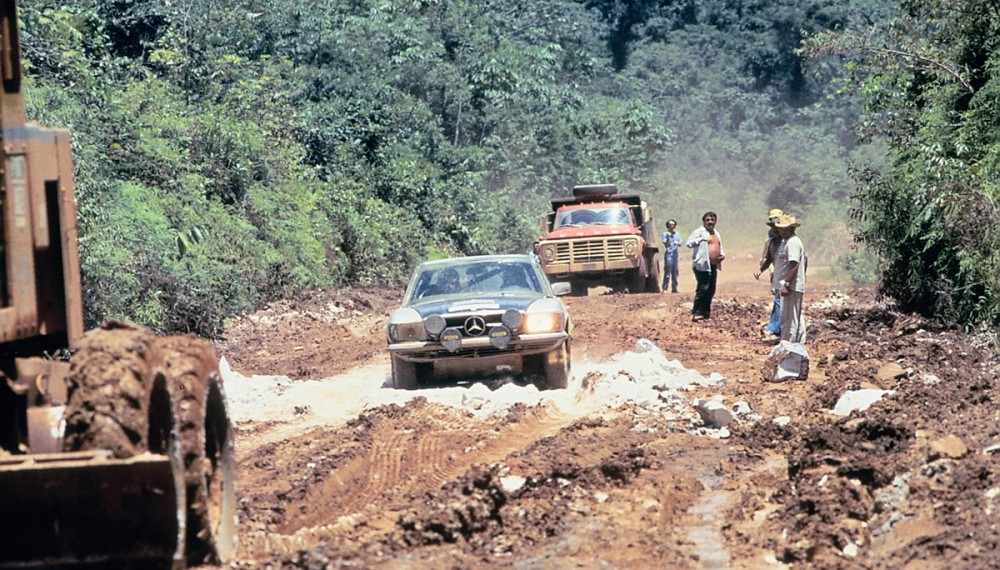 South American mud-track: the Scottish/English rally team of Andrew Cowan / Colin Malkin in action with a Mercedes-Benz 450 SLC on one of the many special legs in the Rallye Vuelta a la América del Sud from August 17 to September 24, 1978. The Britons succeeded in winning the rally.