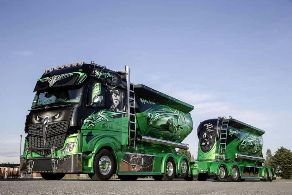 """Basis of the """"Highway Hero"""" show truck is a three-axle Actros 2551 6x2"""