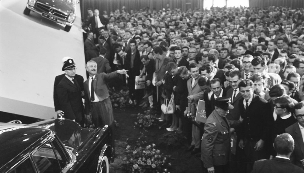 Crowds of visitors: Hoping to catch at least a glimpse of the Mercedes-Benz 600 at the 1964 International Motor Show