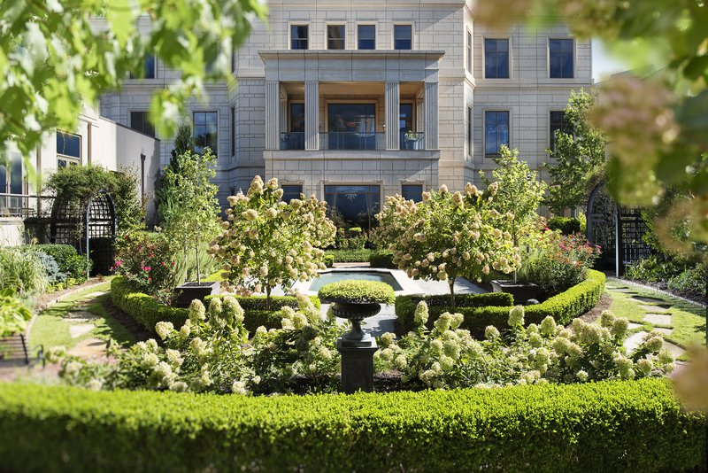 atlanta-14-hotel-exterior-english-garden.jpg