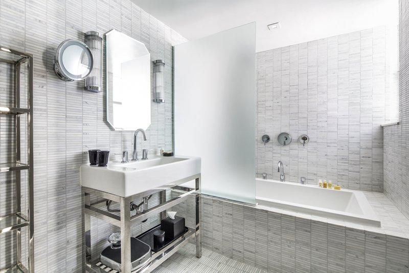 hi_212748_65641142_lake_view_suite_bathroom.jpg