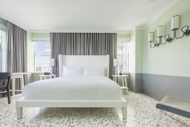 hi_212748_65642021_lake_view_suite_bedroom.jpg