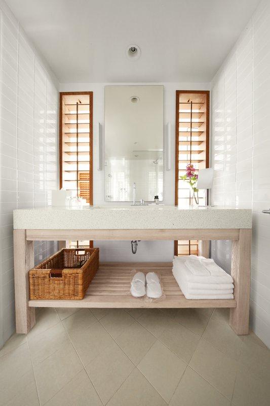 room_1019_bath.jpg