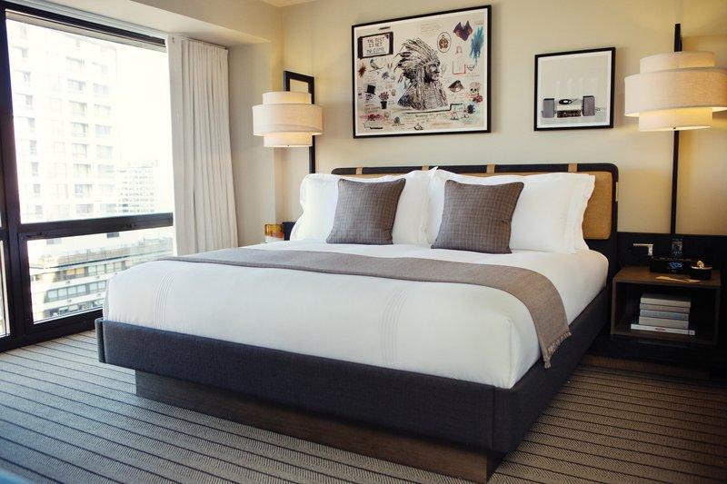 thompsonchicago_guestroom_kingsuite_bed_pr_dt1113.jpg
