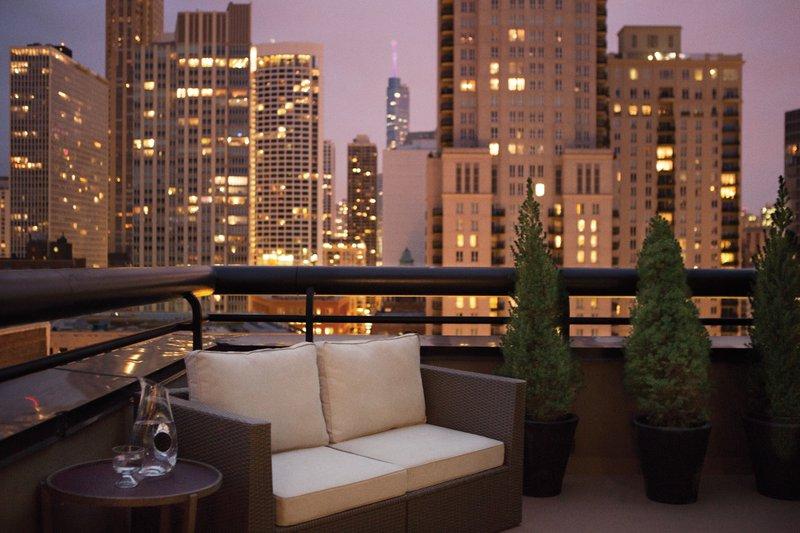 thompsonchicago_penthouse_balcony_pr_dt1113.jpg