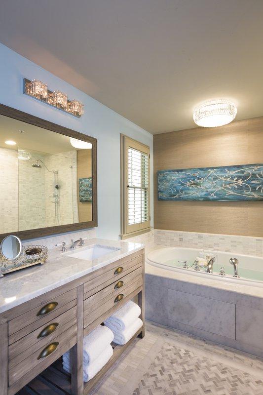 guestroom_bathroom.jpg