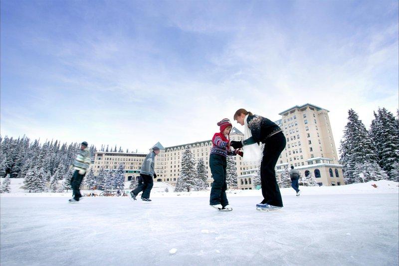family_ice_skating_winter_478195_high.jpg