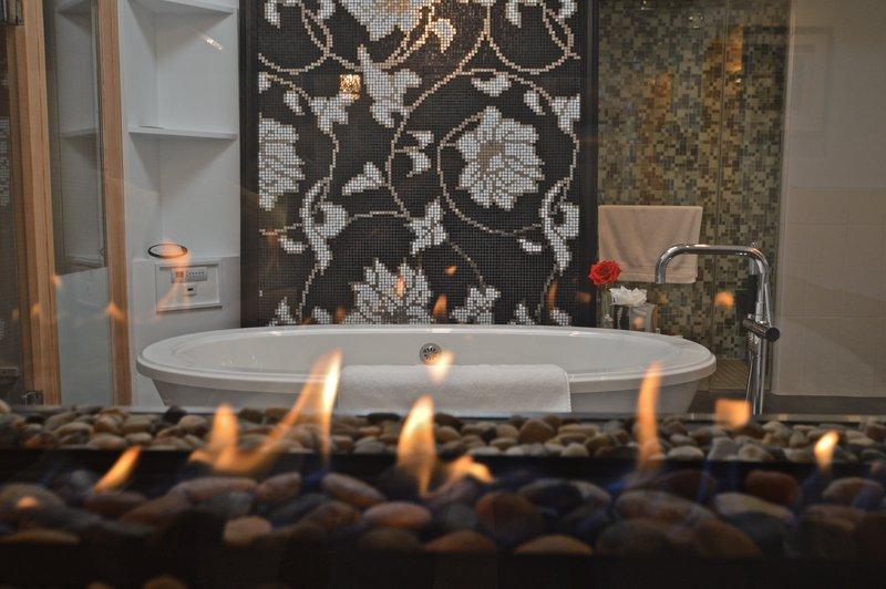 royal_dutch_suite_bathroom_fireplace_photography_credit_irvin_serrano.jpg