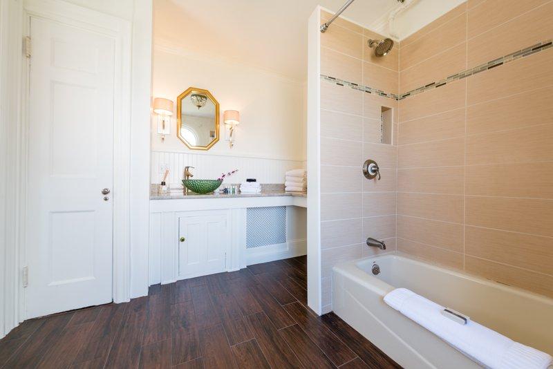 west_end_suite_bathroom.jpg