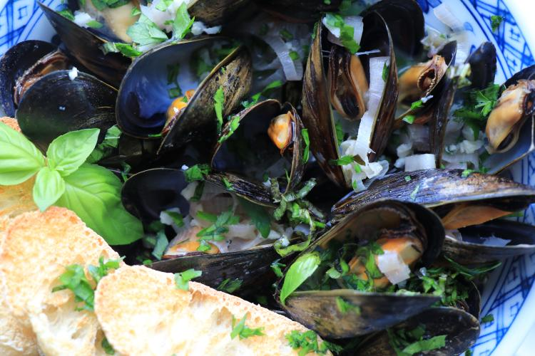 Photo of steamed mussels with French bread.
