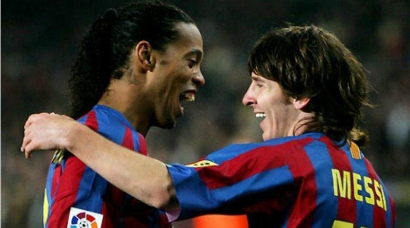 Leo Messi y Ronaldinho se abrazan cuando jugaban el el Barcelona