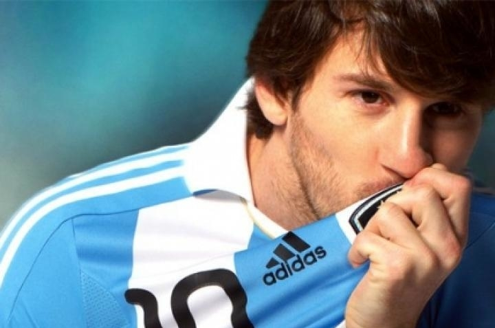 Leo Messi besando el escudo de Argentina