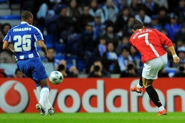 Cistiano Ronaldo dispara balón