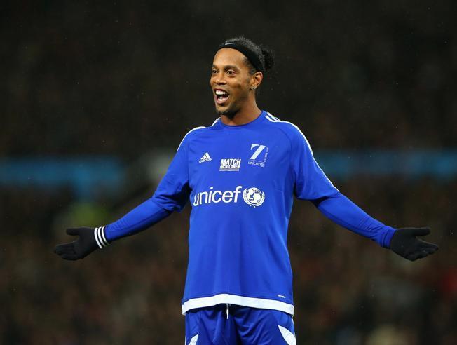 Ronaldinho apoyando a los niños de UNICEF