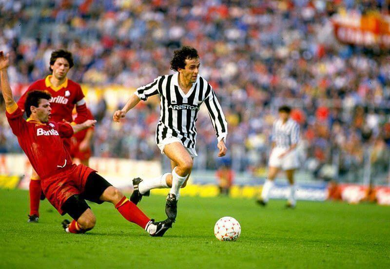 Michele Platini en un partido con la camiseta de la Juventus