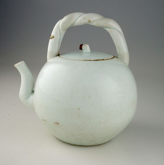 Spherical Tea or Wine Pot, c. mid-18th century, Harvard Art Museums/Arthur M. Sackler Museum.