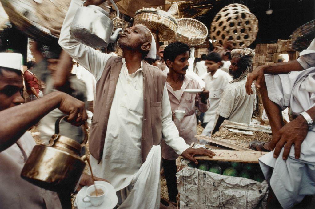 Raghubir Singh, Mango Season, Crawford Market, Mumbai, Maharashtra, 1993. Chromogenic print. Harvard Art Museums/Arthur M. Sackler Museum, Gift of José M. Soriano, 2005.11.