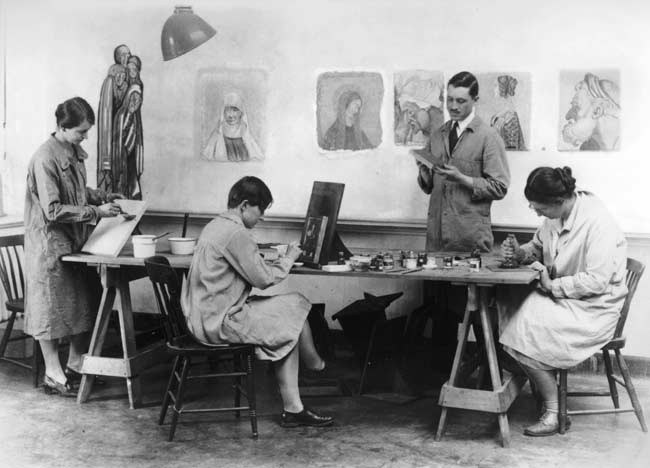"George Stout teaches Radcliffe College students in Edward Forbes's class ""Methods and Processes of Italian Painting,"" at the Fogg Museum, about 1929. Courtesy Foundation of the American Institute for Conservation (FAIC) Oral History File housed at the Winterthur Museum, Library, and Archives."