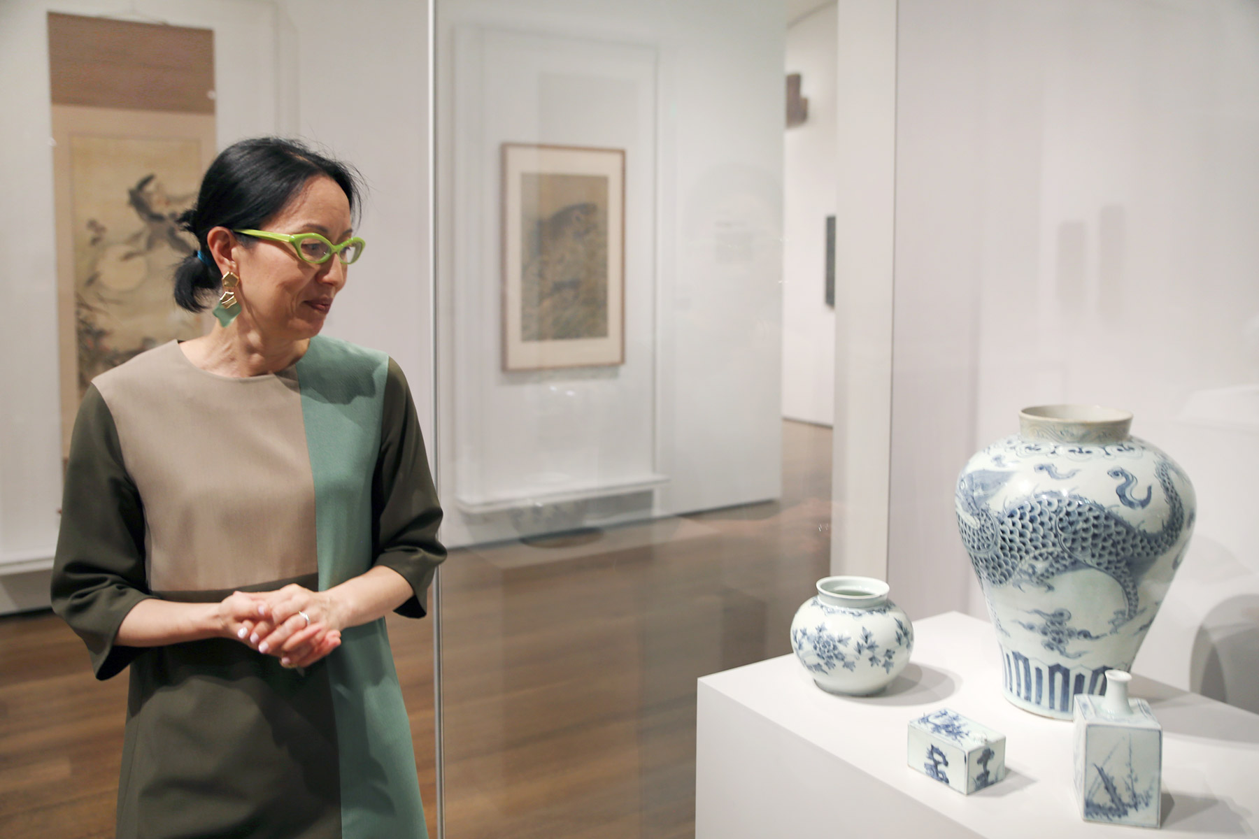 Lee observes the large white jar decorated with blue dragons.