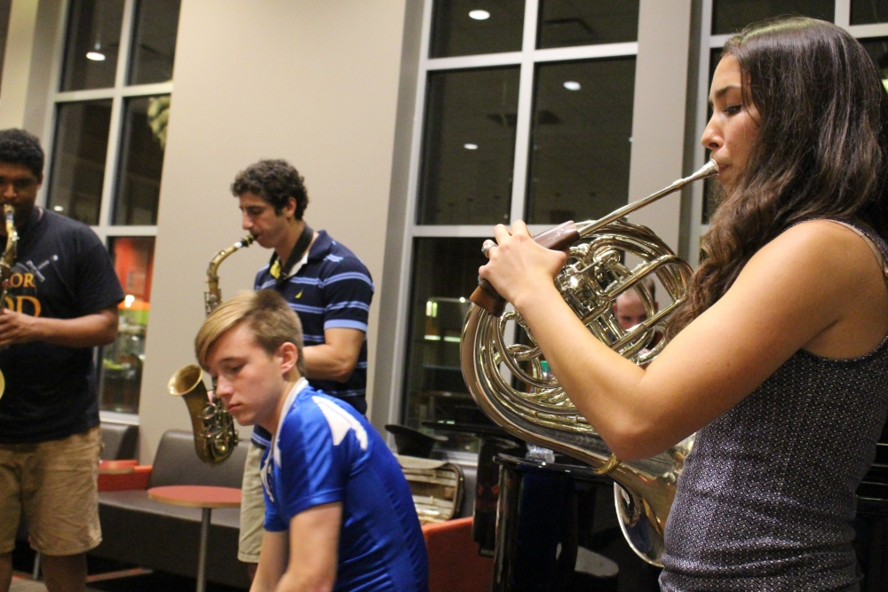 Students turn dining hall into improv jazz concert