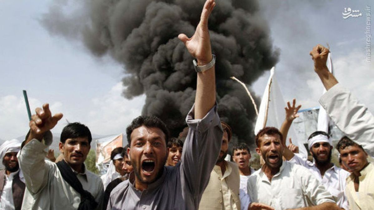 Afghanistan – Taliban Civilians crowd at the site of an explosion in Afghanistan (Wikimedia CommonsMirahmad Kouhnavard)