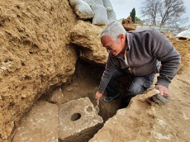 1 – Yaakov Billig, the director of the excavation (Photo Yuli Schwartz, Israel Antiquities Authority)