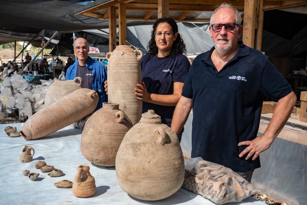 R-L- Dr. Jon Seligman Liat Nadav Ziv-Dr. Eli Haddad. Photo- Yaniv Berman Israel Antiquities Authority
