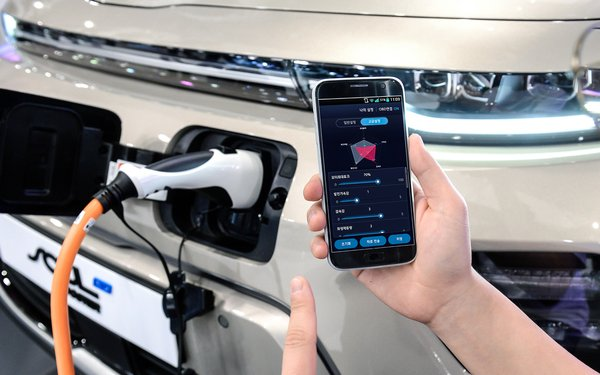 Hyundai Intros Smartphone-Based Vehicle Performance Controls